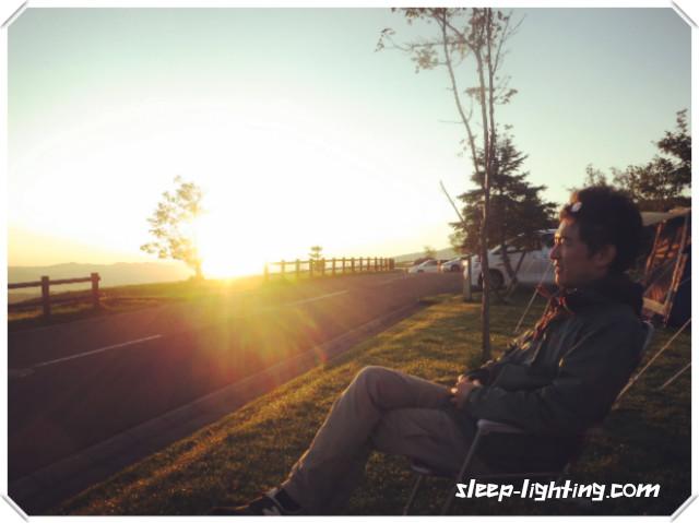 睡眠と照明を語る男